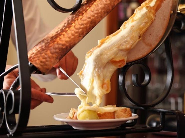 とろっととろけるハイジのチーズ。憧れのラクレットチーズについてのサムネイル画像