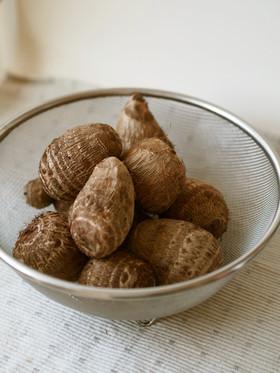 煮物の代表食材!里芋の保存方法と簡単皮むきのコツを公開中!のサムネイル画像