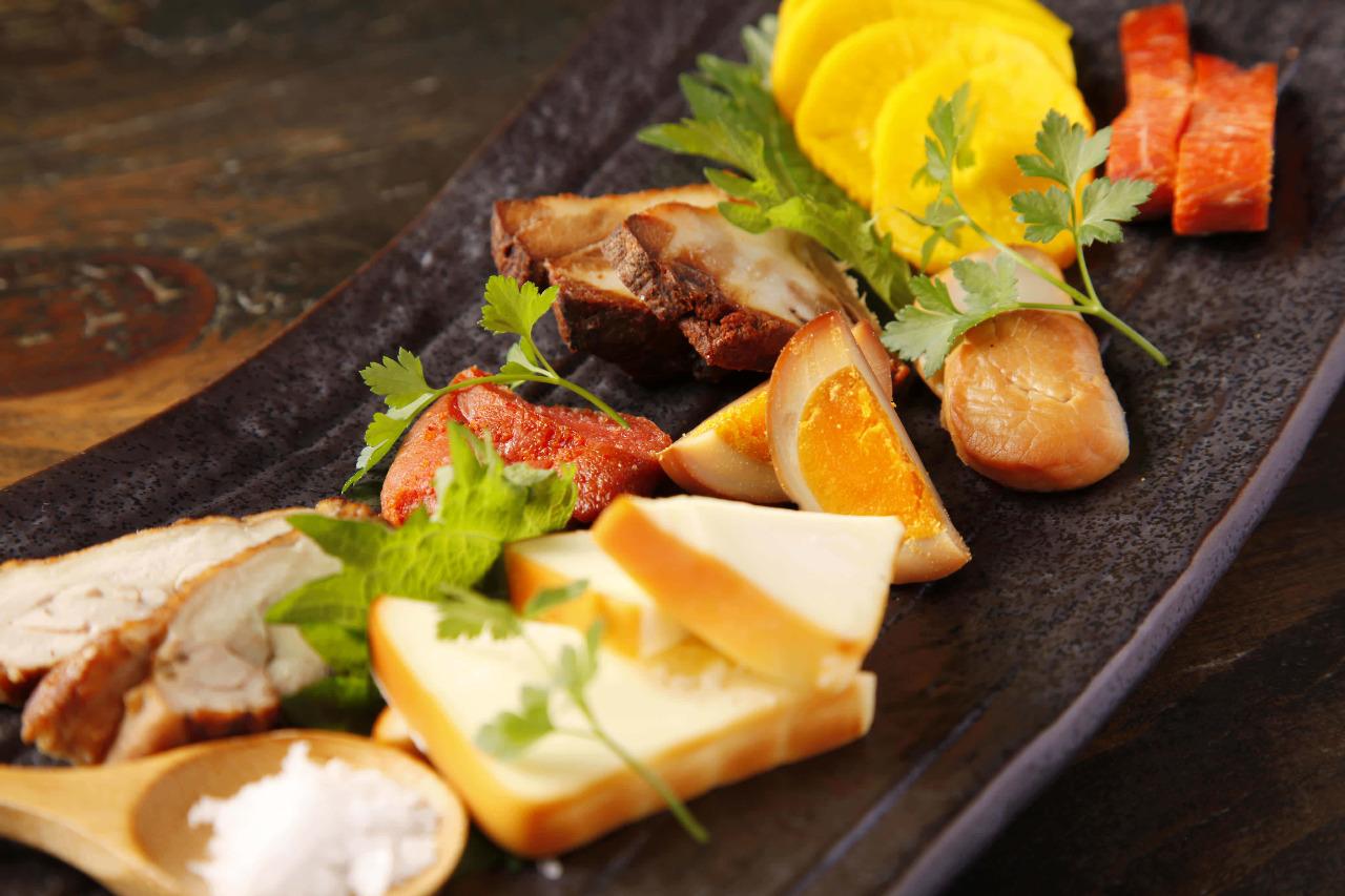 燻製でいつもの料理がランクアップ♪簡単燻製の作り方6選まとめのサムネイル画像