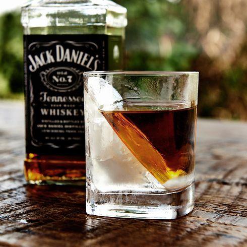 ウイスキーを飲む時に使うウイスキーグラスの使い方についてまとめ。のサムネイル画像