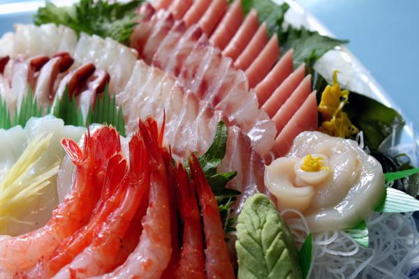 船盛に広がる豪華絢爛の世界、刺身として彩る魚介類の特徴とカロリーのサムネイル画像