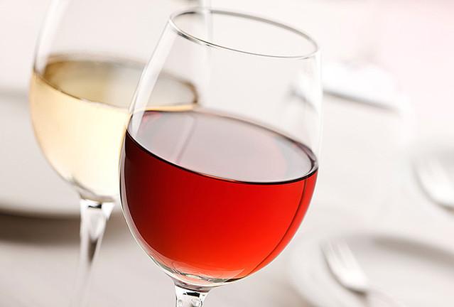 ワインの正しい注ぎ方とは?ワインを飲むときのマナーについて。のサムネイル画像
