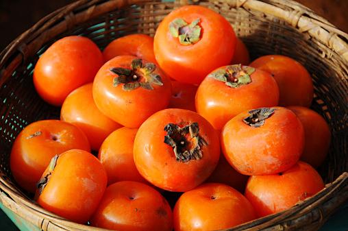 「柿が色づくと医者が青くなる」は本当?含まれる栄養素とは?!のサムネイル画像