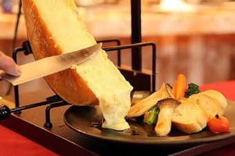 気分はまるでハイジ?とろとろラクレットチーズの食べ方をご紹介!のサムネイル画像