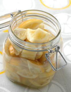 美肌効果も!いろいろ使える塩レモンの作り方から使い方まで!のサムネイル画像