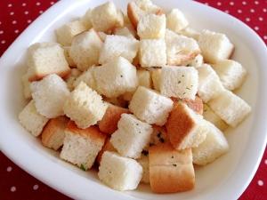 カリカリ美味しい!スープにサラダに大活躍クルトンの作り方まとめのサムネイル画像